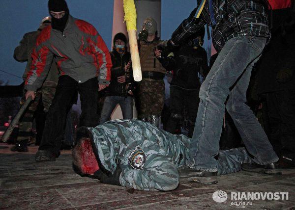 Ukrajina, demonstranti lynčují policistu z Berkut